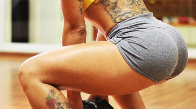 Como o agachamento pode fortalecer as pernas e os glúteos?